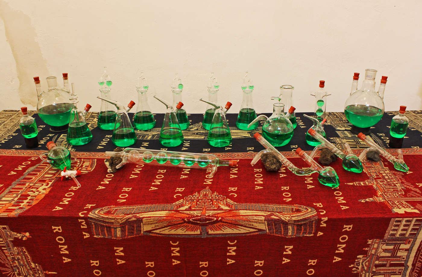 HawtShow_Leonardo Petrucci_2016 - Prendete e bevetene tutte - Vetro e cocktail Leon Hard e tovaglie di Roma