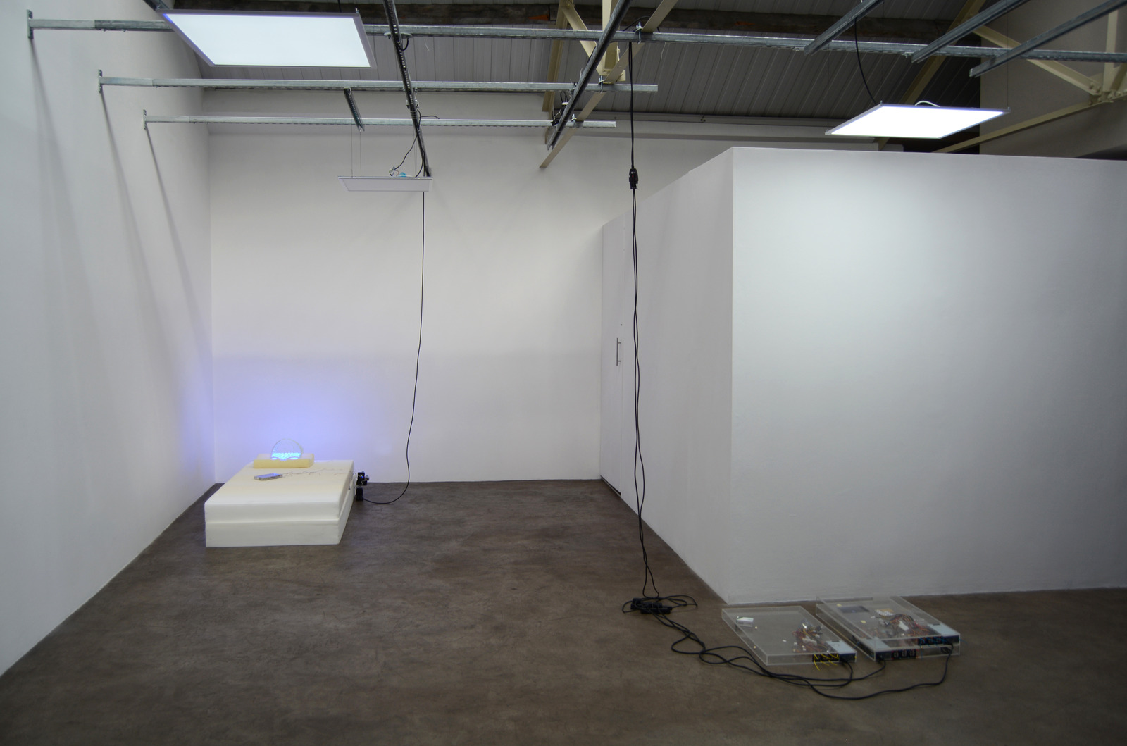 8. Yuri Pattison_sunset provision_installation view_memory foam remembers_dust,scraper, fan