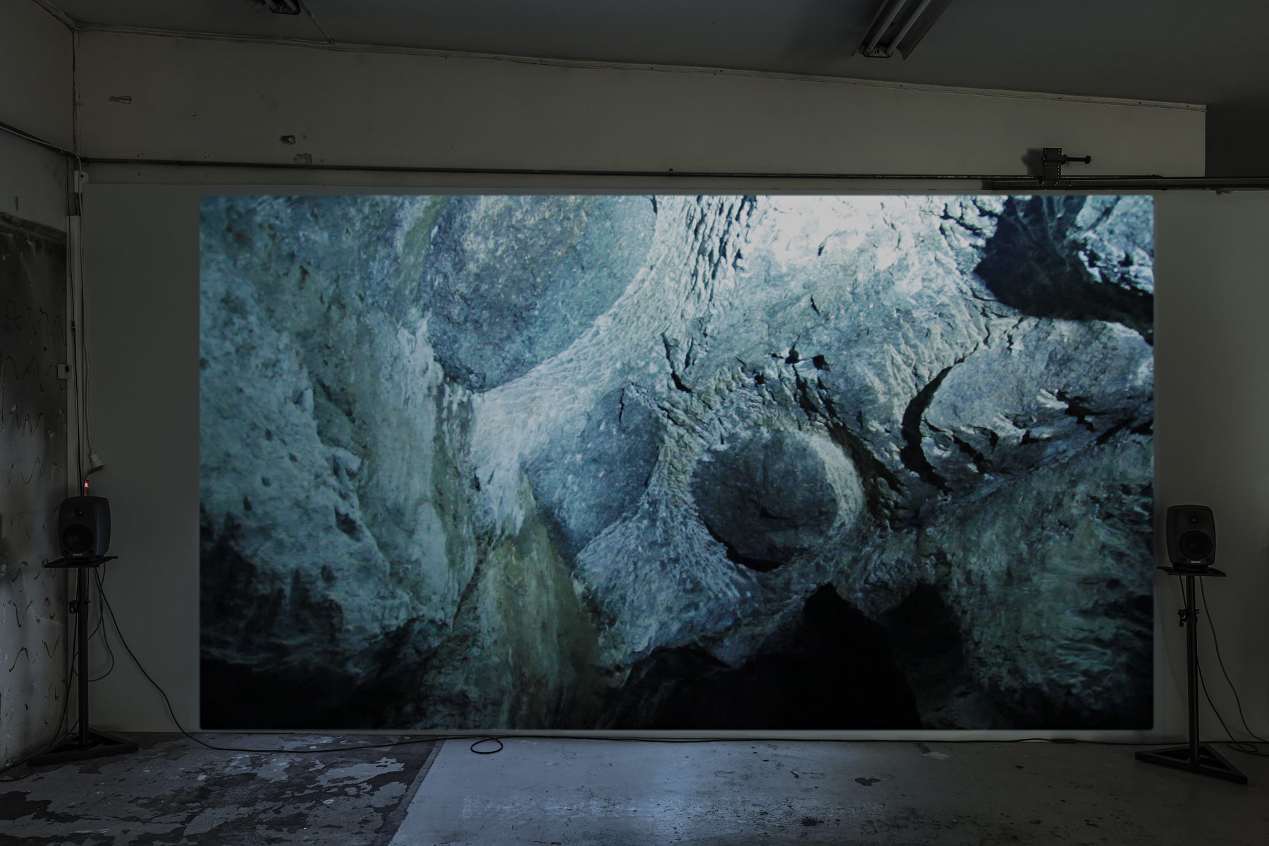 SCHLOSS_Leander Djønne_Øyde til Øyde_(video still 1 b)