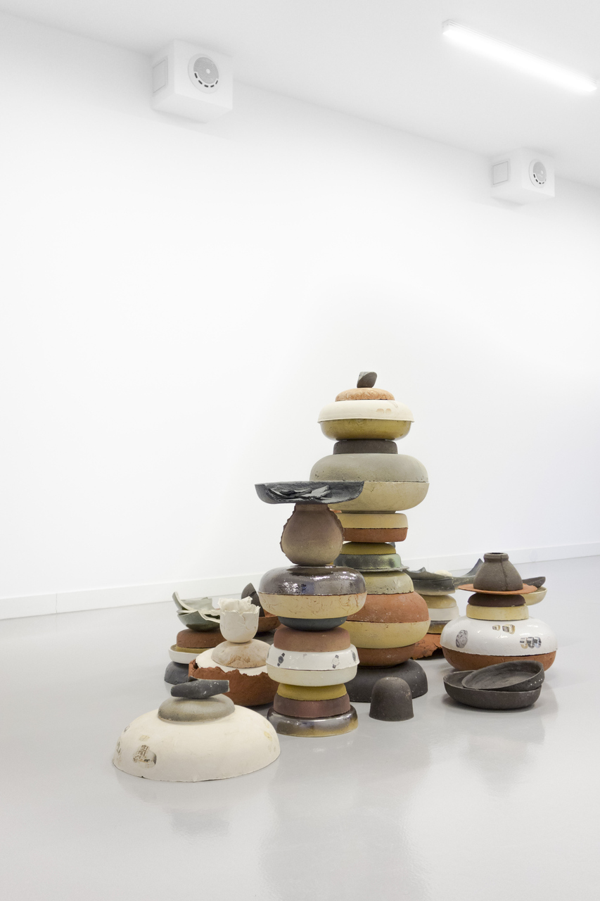 Thomas van Linge, Untitled (Bowls), 2014, exhibition view