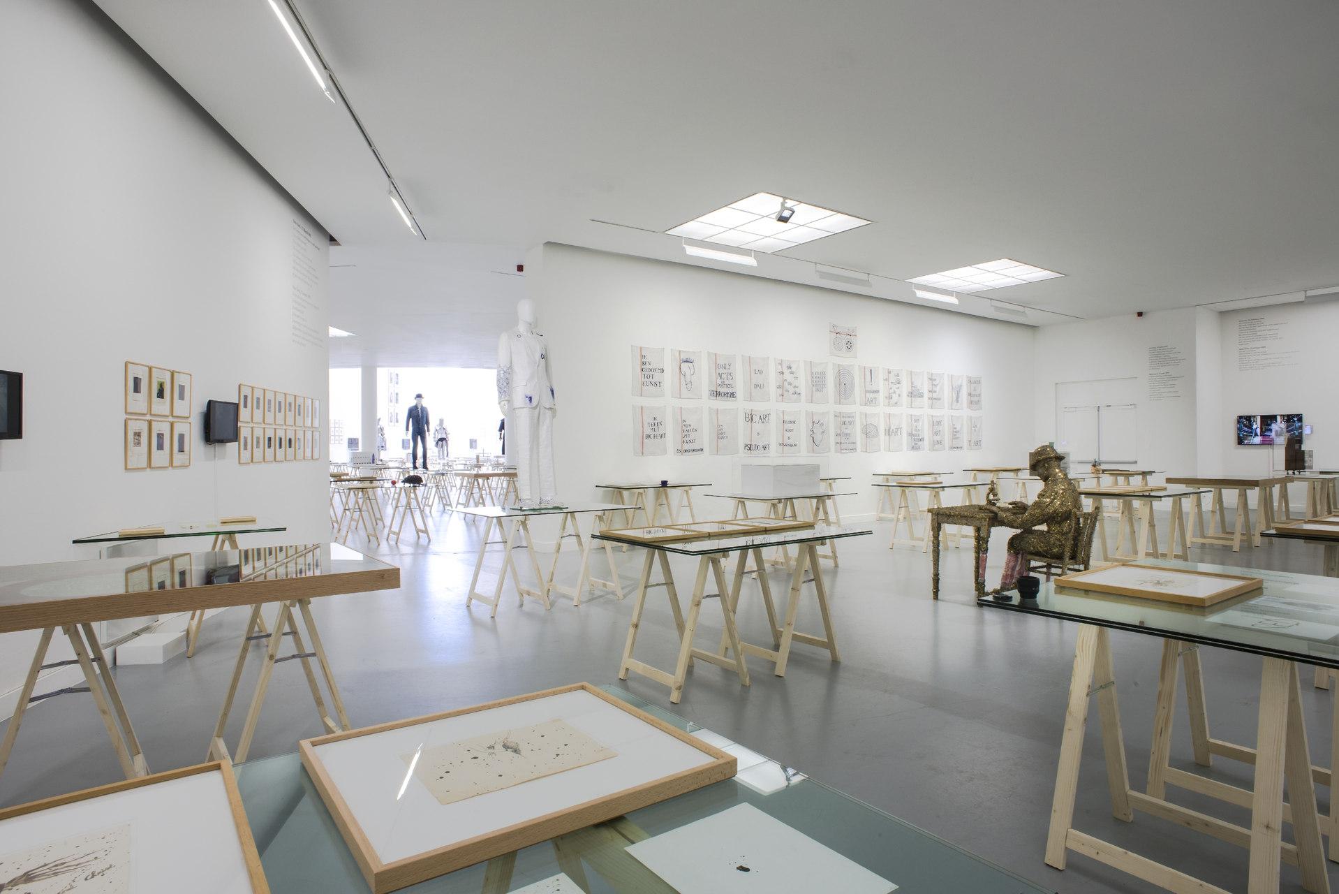 Jan_Fabre,_exhibition_view_M_HKA_2015_photo_M_HKAclinckx25