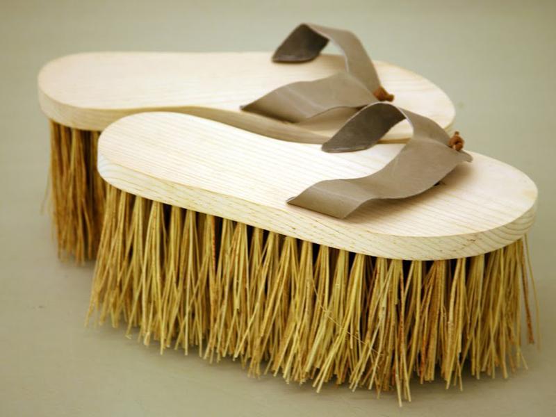 Razvan Botis, Wash & Go, 2008, wood, leather, broomcorn, 29 x 15 x 20 cm (each shoe)