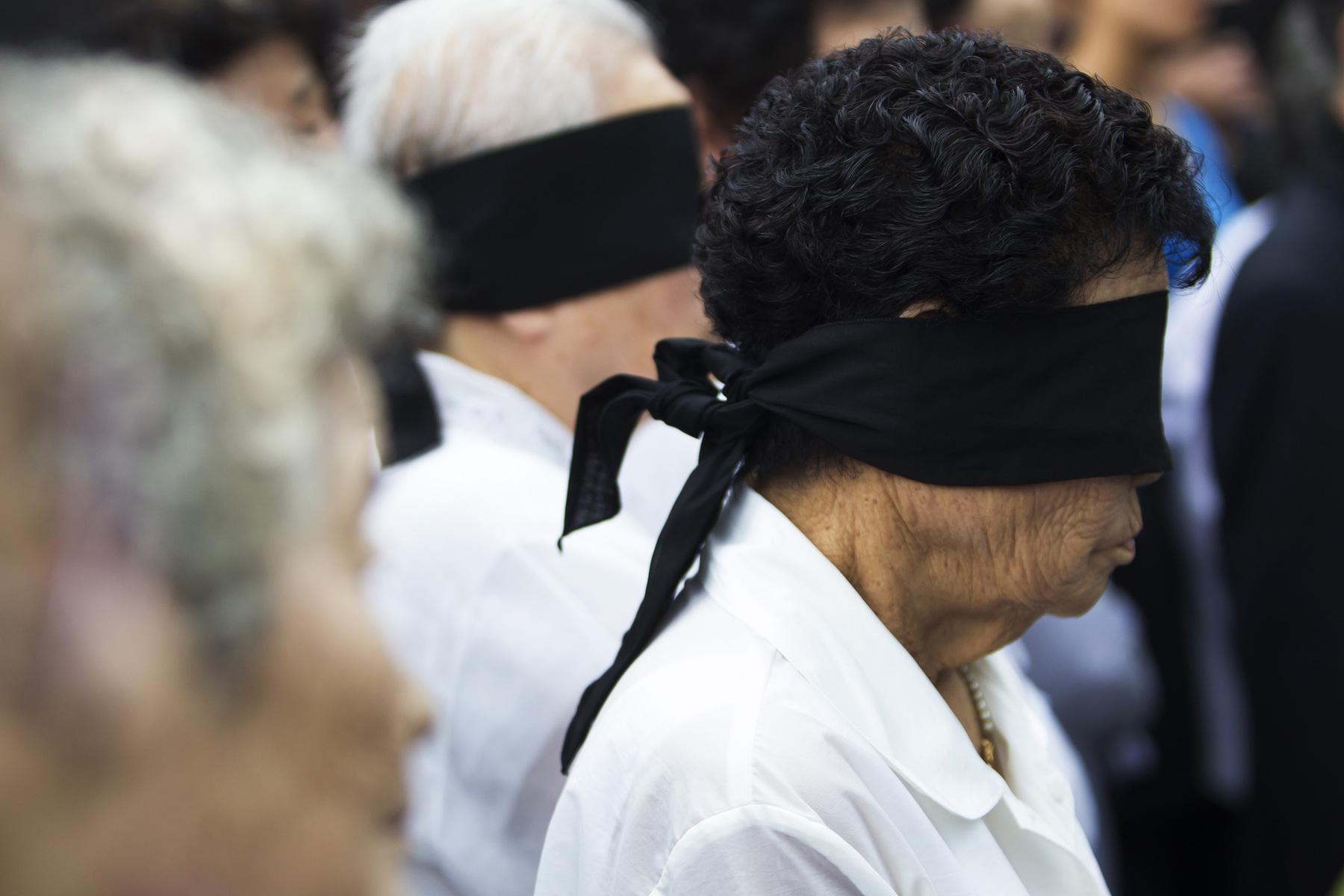 minouk-lim-navi-id-family_of_civilian_massacre_victims_blindfold