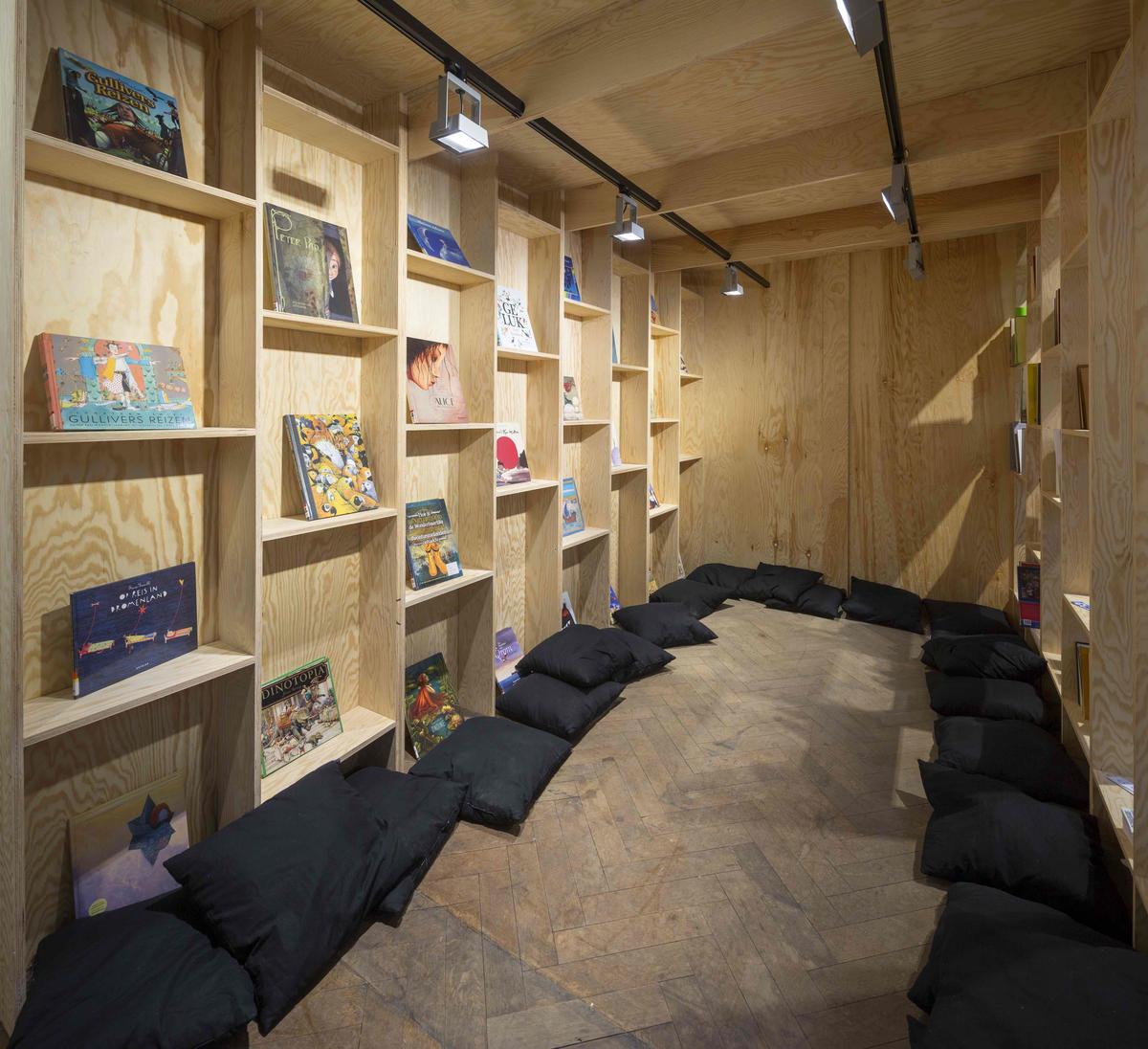 Fooling Utopia Library (c) Kristof Vrancken2