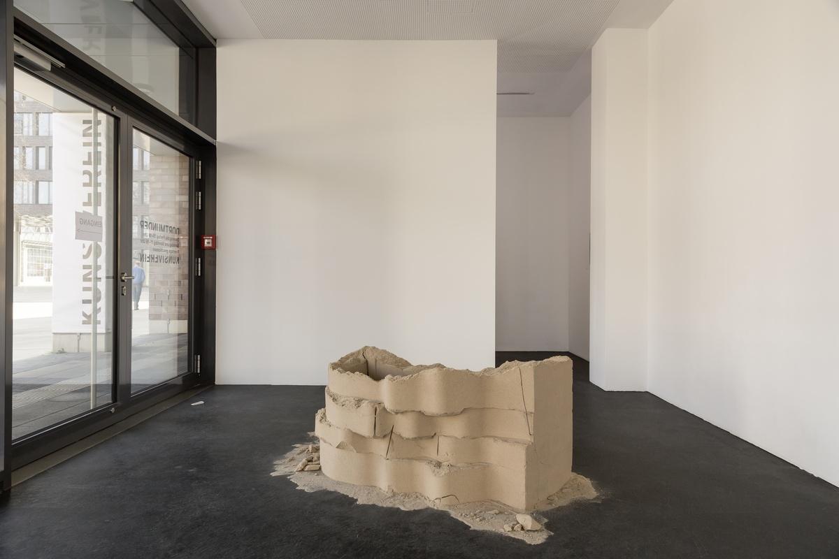 23_Tiril Hasselknippe_Balcony (sand), 2016_Picknick am Wegesrand_Dortmunder Kunstverein 2016_Foto Roland Baege