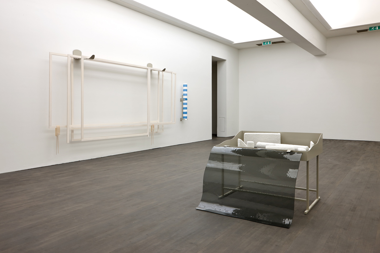 Nairy Baghramian_Fourth Wall (proscenium)_Formage de tete (Vitrine Rafraichiree)_installation S.M.A.K. 2016_Photo Dirk Pauwels_01